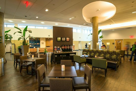 Hampton Inn & Suites Boston Crosstown Center: Enjoy free breakfast in the dining area of this Boston hotel