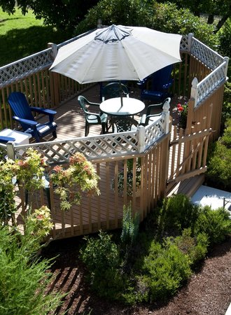 The Heron Inn & Day Spa: Alfresco dining available in gazebo in back yard