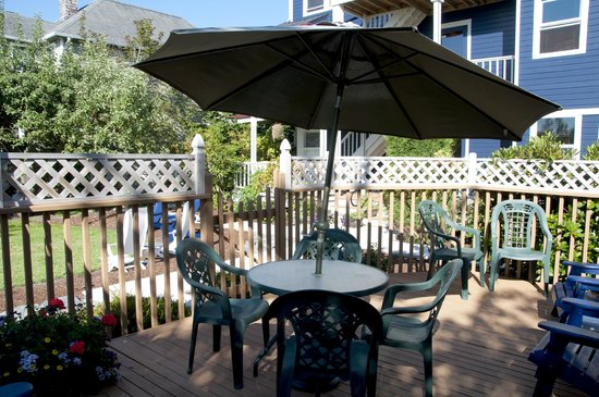 La Conner, WA: Alfresco dining in gazebo in back yard