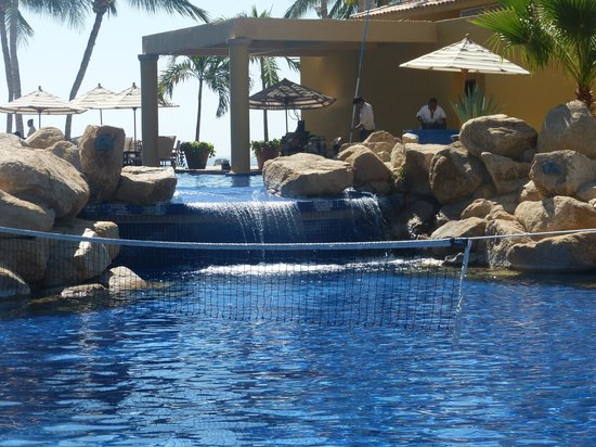 Fiesta Americana Grand Los Cabos Golf & Spa: Pool area with view of the swim up bar