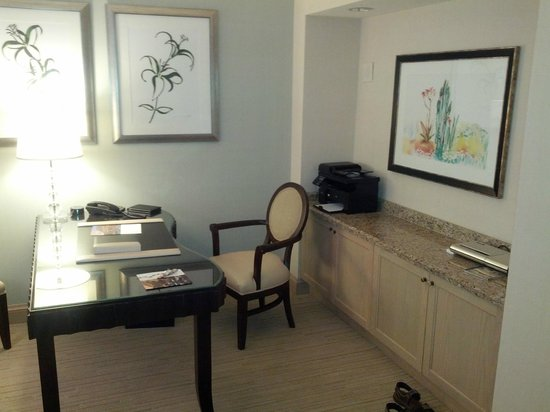 The Canyon Suites at The Phoenician: Work desk