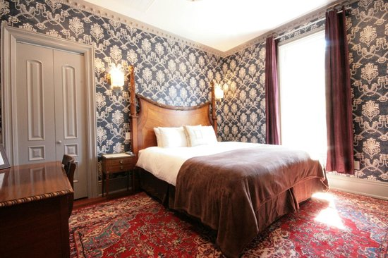 Monte Cristo Bed and Breakfast: Cal King Napoleon Persian Rugs Soundproof Window LED lights Alabaster Chandelier