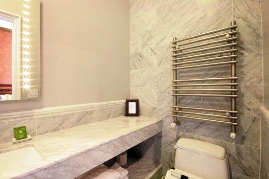 Monte Cristo Bed and Breakfast: Towel Warmer, Electric toilet/washlet/bidet, Rain Shower