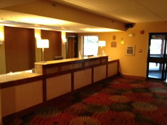 Arlington Heights, IL: Front desk