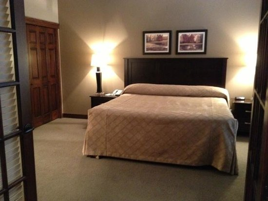 Bighorn Meadows Resort: King bedroom