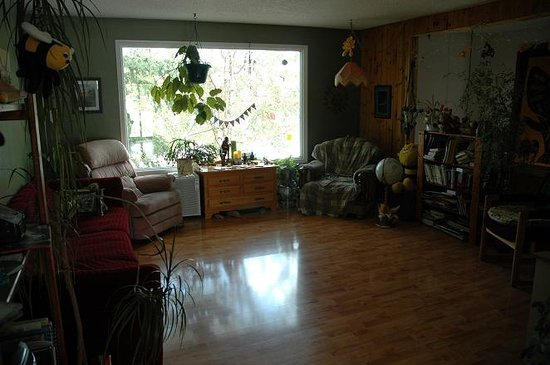 Beez Kneez Bakpakers: This living room gets the morning sun every day of the year