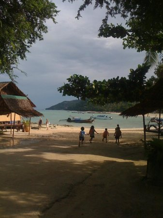 Holiday Inn Resort Phi Phi Island: at the opposite side of the beach