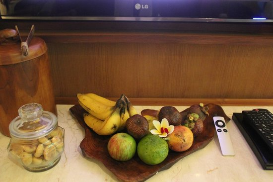 Komaneka at Rasa Sayang: Welcome fruit, cookies, control for Apple TV.