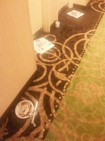 Holiday Inn Atlanta Downtown: Uncollected dirty dishes in hall