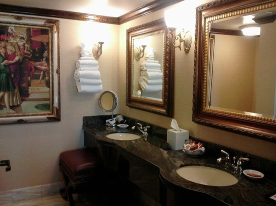 Peppermill Resort Spa Casino: Huge bathroom with sauna in shower!