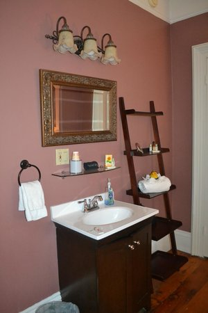 Inn On Carleton: Sink in the bedroom