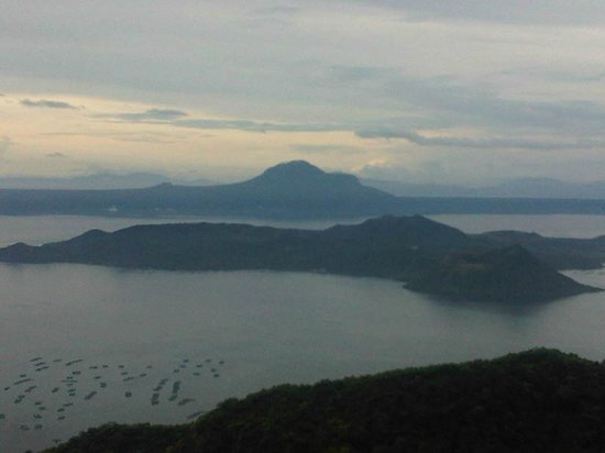 Joaquin's Bed and Breakfast: A nice view of Taal Lake and Volcano