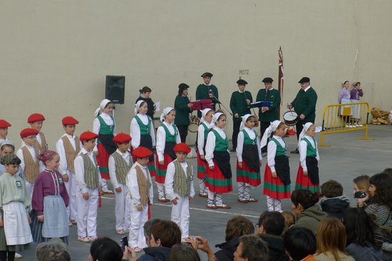 Getaria, Espagne : children celebrating Basque Wek