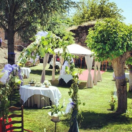 Decoraci n bodas en el jard n picture of parador de for Adornos boda jardin