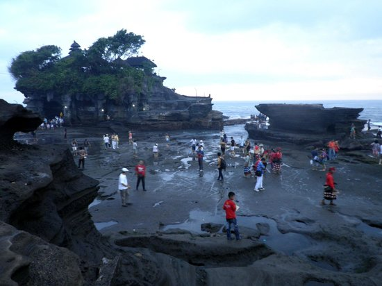 Canggu, Indonezja: View of the Pura Tanah Lot on the left and an unknown rock