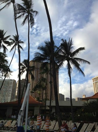 Hilton Hawaiian Village Waikiki Beach Resort: ビーチチェアーに寝ころびながら…。」