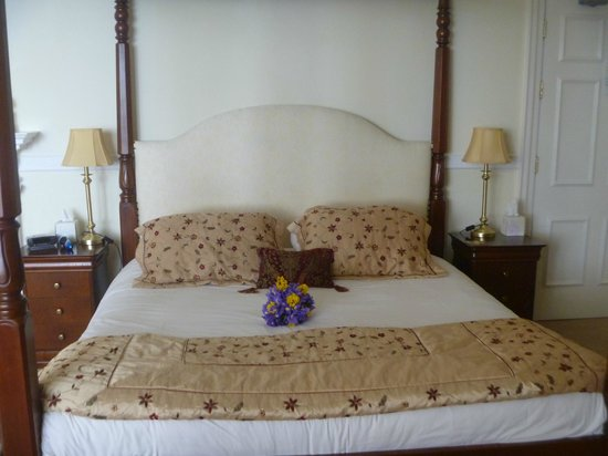 Invernairne Hotel: The bed with bouquet