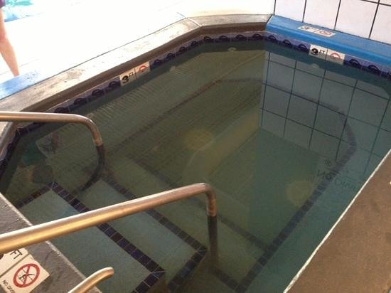 Clarion Inn: The spa with the broken jets, water was disgusting. If broke, put cover on to hide and keep peop