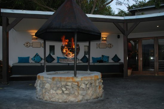 Hog Hollow Country Lodge: Outside area and fire