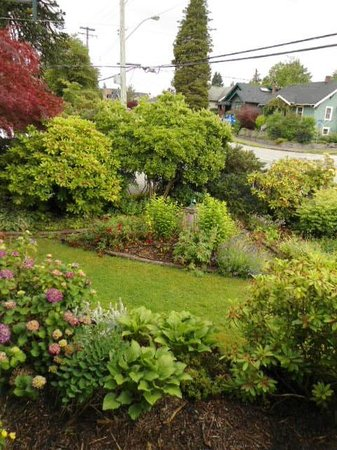 Lavender House Bed and Breakfast: Gardens