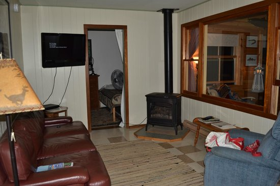 Holiday Harbor Lodge: cozy living tv room with fireplace