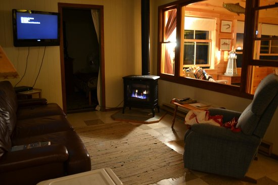 Holiday Harbor Lodge: Cozy tv room with gas fireplace
