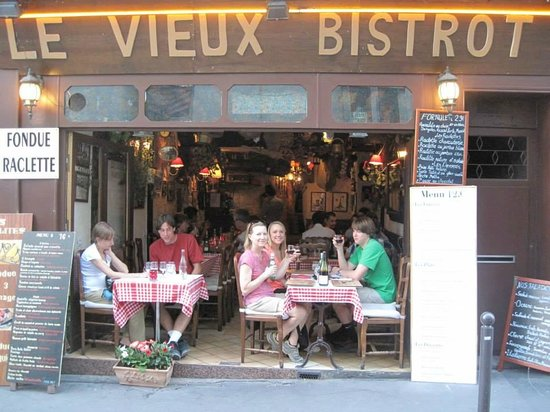 nice table to watch the rue mouffetard walkers by picture of le vieux bistrot paris. Black Bedroom Furniture Sets. Home Design Ideas