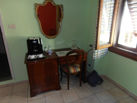 Hotel Il Bargellino: Desk with café maker room #6