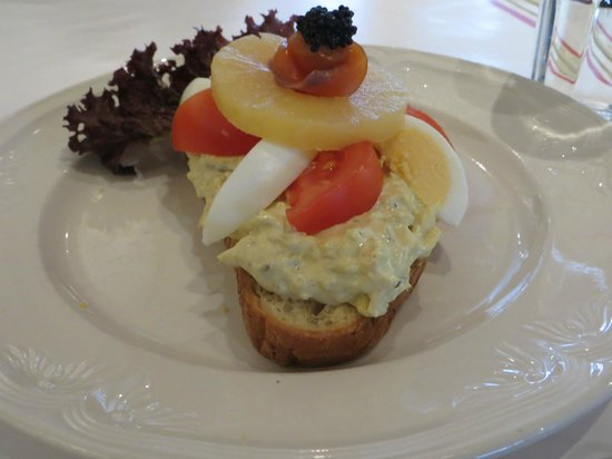 ... : Bombay sandwich with curry chicken salad, smoked salmon and caviar