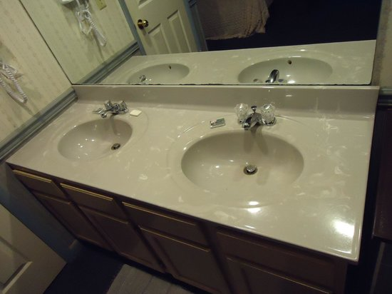 Myer Country Motel: The dual sinks.