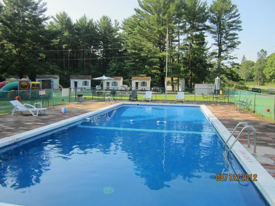 Catskill Motor Court: Pool was clean and not cold. Swim with the view of the mountains