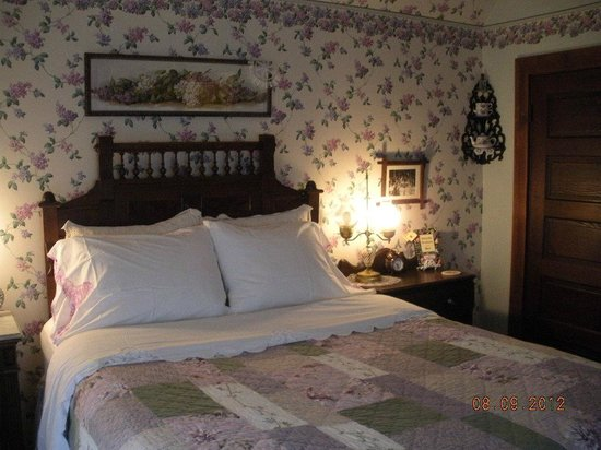 The Garden Cottage Bed and Breakfast: The Lavender Room.