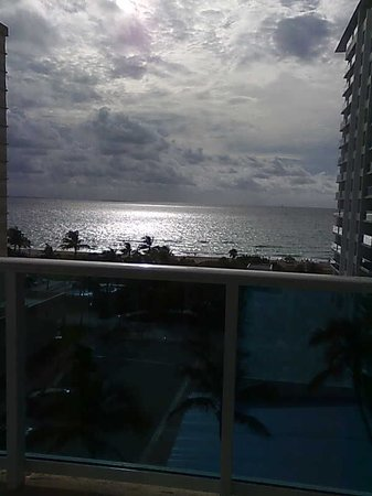 The Perry, South Beach: vista do quarto para o mar ao entardecer....lovely