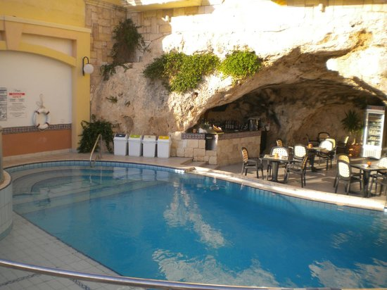 Outdoor pool cave bar bild fr n pergola club hotel for Pergola bioclimatique corse