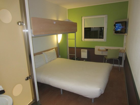 Ibis Budget Amsterdam Airport: Bed with upper bunk for additional persons