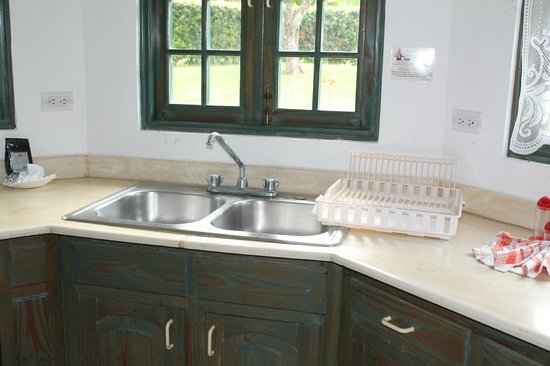Residencial Casa Linda: kitchen counter needs replacing