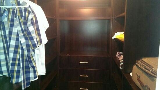 Fortune House Luxury Apartment Suites: walk in closet