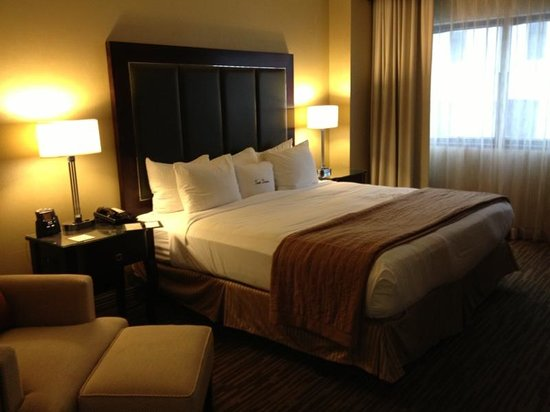 DoubleTree Suites by Hilton Hotel Columbus Downtown: Large and comfortable bed