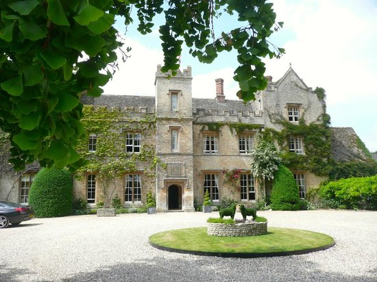 The Manor: Hotel entrance and driveway