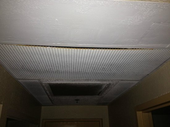 Rodeway Inn South Miami - Coral Gables: vents are loose and leaking