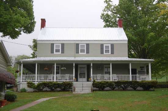 Warm Springs Inn: The best building in the rear.  Nice porch.
