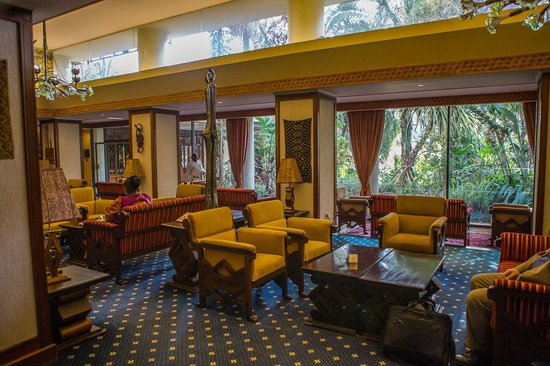 Nairobi Serena Hotel: Seating area to the side of reception.