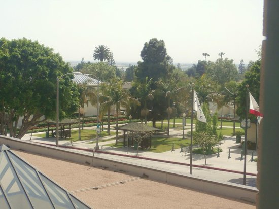 Radisson Hotel Whittier: View from our room - A little park setting across the street