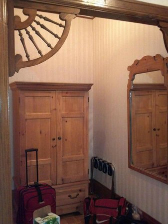 Inn at Lincoln Park: Great woodwork, LOL