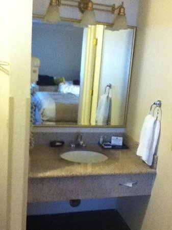 BEST WESTERN Town & Country Lodge: Separate place to use the sink