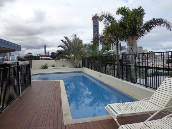 Brisbane City YHA: Roof-top pool with a view over Brisbane