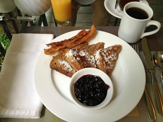 Crooked Oak Mountain Inn: Mmmm. French toast with blueberry compote and bacon.