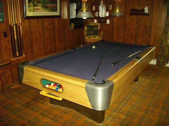 Holly Thorn House: Pool table