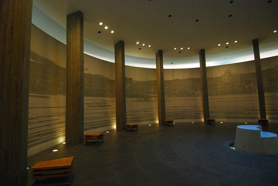 Long Curved Descending Hallway - Picture of Hiroshima National Peace Memorial...