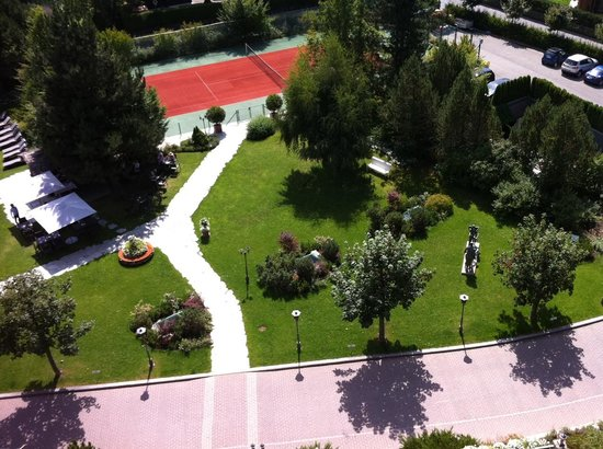 Grand Hotel Park: Tennis Court in front of the hotel entry